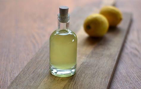 Hvis du gerne vil lave din egen snaps til påskens store bord, så kan du stadig nå det. For eksempel med denne citronsnaps (eller citronvodka), som tager 24 timer at lave. Den er allerbedst, når dener køleskabskold. Den er syrlig, men har en lille smule sødme – og naturligvis kraften …