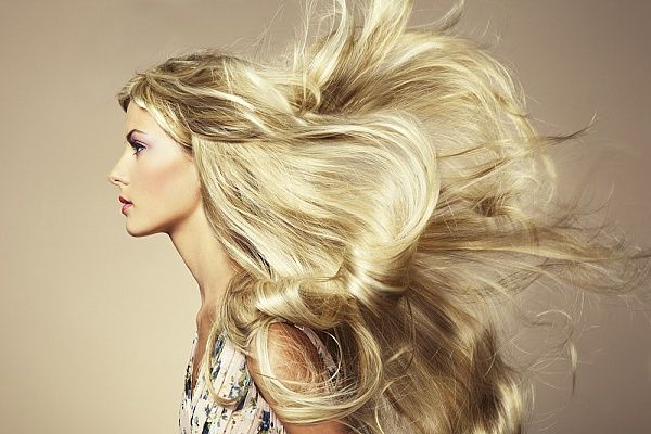 5 самых распространенных ошибок в уходе за волосами   ❗1. Неправильно расчесываете волосы  Известный стилист Нил Муди утверждает, что самая распространенная ошибка, которую совершают женщины – не очень часто расчесывают волосы в течение дня.  ☑Совет «В среднем мы теряем около 120 волос в день. Необходимо освободить место для роста новых локонов. Если вы не расчесываете свою шевелюру, то новые волосы не смогут расти», – объясняет стилист. Он добавляет, что важную роль играет и качество…