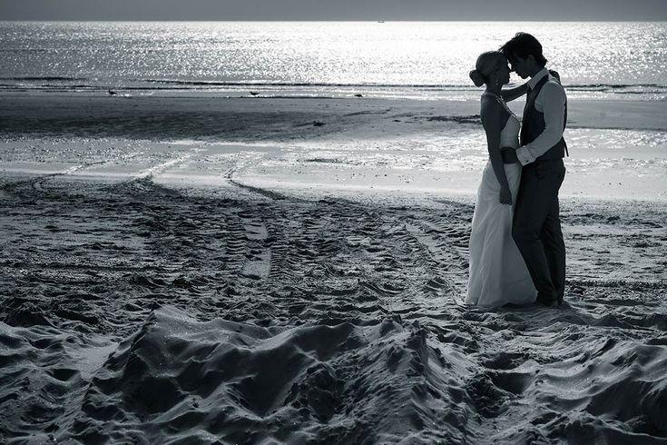 silhouette romantisch bruidspaar strand beach Castricum aan Zee trouwfoto trouwreportage