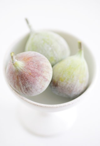photography of green and light purple figs in a white bowl | fruit: fig . Frucht: Feige . fruit: figue | Photo: Keiko Oikawa |