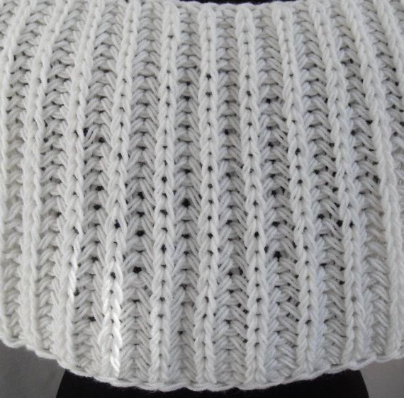 Dieses stilvolle wickeln wird Sie im Herbst erwärmen. Es kann sein, das perfekte Hochzeit Zubehör für Bräute und Brautjungfern. Sie werden mit diesem schönen Wickel gut aussehen. Sie können es mit allem, was Sie gerne tragen: Kleid, Rock, Hose, Shirt etc.. Dies ist Wrap aus Garn, bestehend aus 50 % Wolle und 50 % Acryl. Größe: M - L (US 8 - US 12) (Breite Schulter-von 16 bis 18). Maße: Länge der Ecke (vorne über den Wrap) - 20; Länge der Wickel auf der Rückseite - 10. Wie Pflege: Handwäsche…