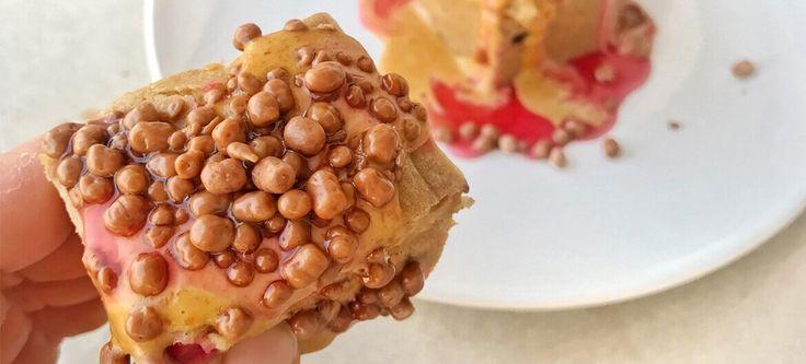 Bizcocho de avena fit  Ingredientes:  (Para un bizcocho cuadrado de unos 15cm de lado = 4 raciones)  - 75gharina de avena sabor galleta - 120ml de claras de huevo (unas 3) - 70g de queso batido desnatado - 3 cucharadas desirope de caramelo zero  - Algunos arándanos  - Edulcorante líquido (al gusto)    (Para los toppings) - 100g galletas integrales sin azúcar (haremos topping de sobra) -Sirope de fresa zero  -Protein crunch bombón
