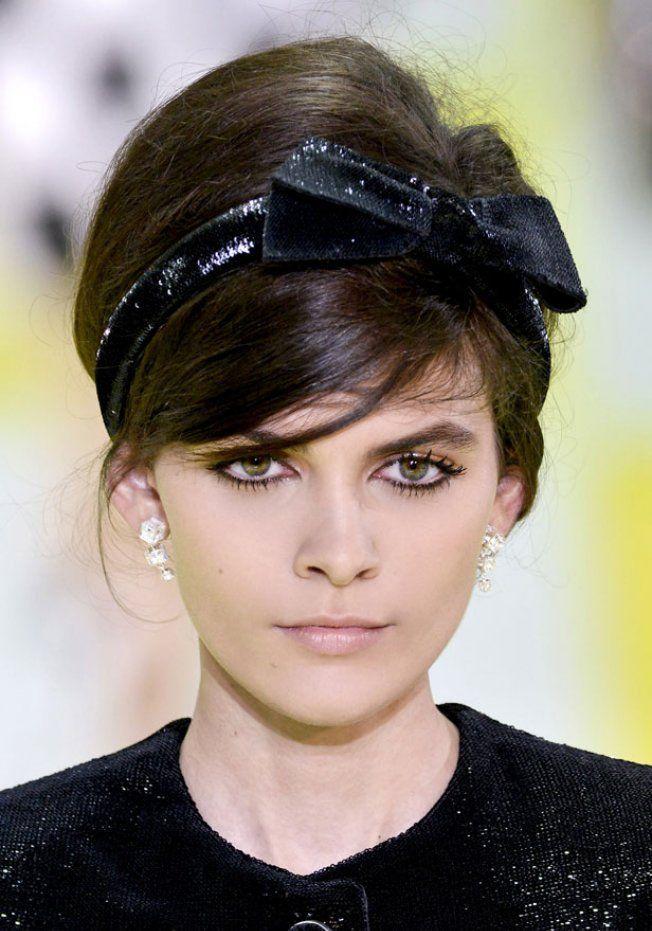 Chignon à coque avec bandeau noué sur le défilé Louis Vuitton