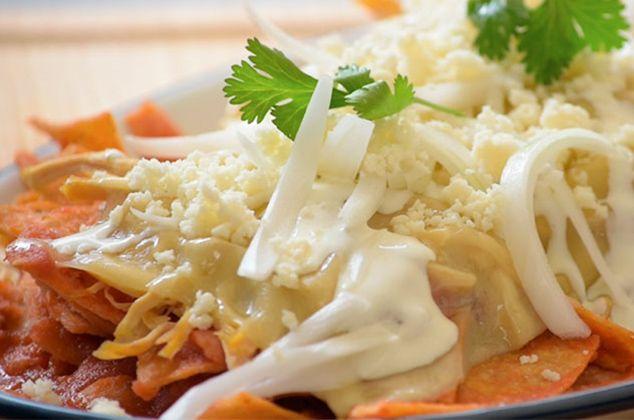 Nadie se resiste a estos deliciosos chilaquiles rojos caseros con pollo y queso gratinado. Una receta fácil, rápida y por supuesto, muy mexicana.