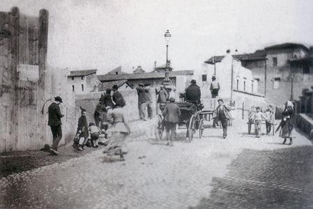 """Ettore Roesler Franz: """"Ponte Rotto"""". Ultimo traffico di pedoni e carrozze sul…"""