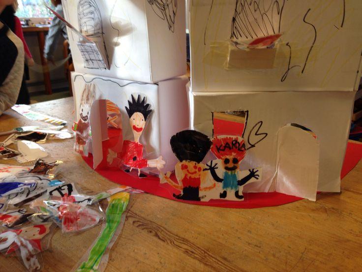 """Karius og Baktus teater for 5 årige. Børnene har tegnet figurerne til Karius og Baktus, samt tandbørste, tandlægebor, kager og slik mm. Der er lavet store """"tænder"""" af papkasser med udklippede døre. Struktureret temaarbejde; sundhed og hygiejne."""
