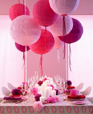 Tafel in Pink und Weiß mit weißen Blockkerzen