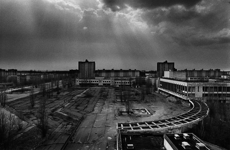 Ci sono due fattori che influenzano il tempo in una fotografia: la durata dell'esposizione e la staticità dell'immagine finale.Così come una realtà tridimensionale si trasforma quando viene proiettata su una pellicola piatta, nello stesso modo una realtà fluida si trasforma quando viene proiettata su una pellicola statica.CORSO DI REPORTAGE FOTOGRAFICO con MITTICA. Pierpaolo Mittica (2002-2007), Dall'hotel Polessia, Prypiat, zona di esclusione, Ucraina. Dalla serie Chernobyl l'eredità…