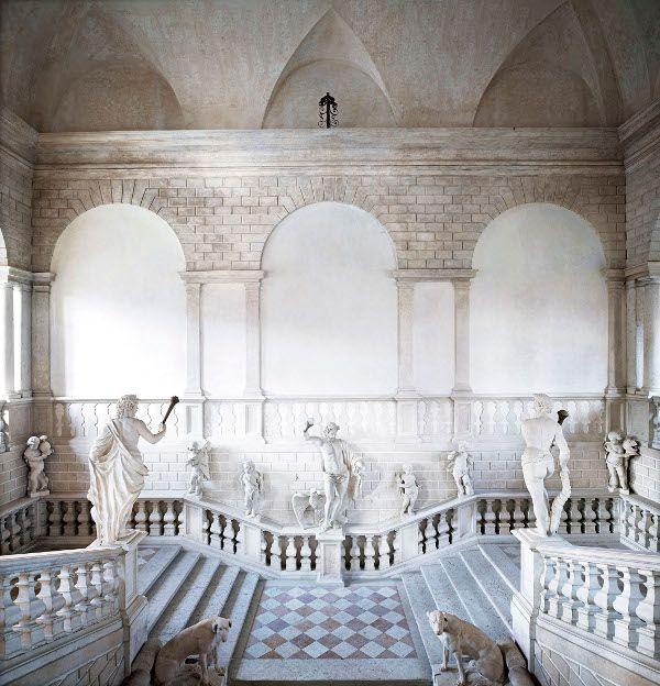 Candida Höfer, Mantova, Palazzo Canossa, 2011, 180x175 cm © Candida Höfer