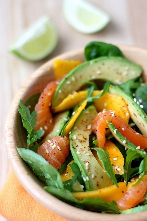 Une salade à la mangue et avocat, accompagnée de saumon fumé et roquette, toute en fraîcheur. Idéale pour un déjeuner léger ou une entrée en sucré-salé.