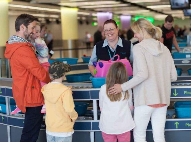 5 часто задаваемых вопросов, которые возникают у авиапассажиров  Те, кто часто летает самолетами, знают, что бывают случаи, когда багаж где-то потерялся в пути или вовсе исчез, а точнее был утилизирован. А простояв долгое время в очереди у окошка таможенного контроля, при проверке чемодана и личных вещей, у вас могут забрать отвертку или маникюрную пилочку из ручной клади. И вот вы уже на борту, попросили бортпроводницу принести вам сок, а она не среагировала или несла целых двадцать минут.