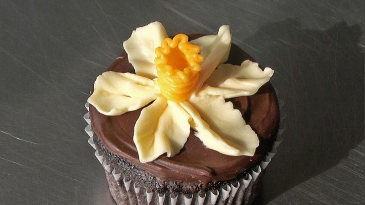 Martha Stewart cupcake video instructions for creating an icing daffodil
