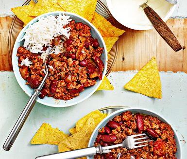 Bjud på vegetariskt fredagsmys mitt i veckan, chili con soja! En smakrik chiligryta med en hemlig ingrediens – kakao. Sojafärsen tar också smak av kryddor som oregano, pastasås med chili och kidneybönor. Serveras med svalkande gräddfil, ris och knapriga tortillachips.