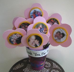 Make this special bouquet of photo flowers for your mom this Mother's Day!do-it-yourself-gifts