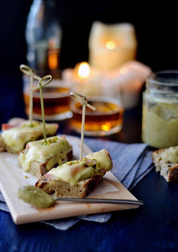Crostoni con crema di melanzane prosciutto di praga e formaggio