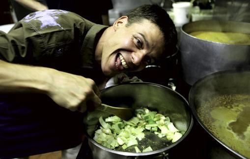 Juustolla kuorrutettu sipulikeitto maistuu taivaalliselta! Jounin suussa sulava keitto maustetaan valkoviinillä ja konjakilla.