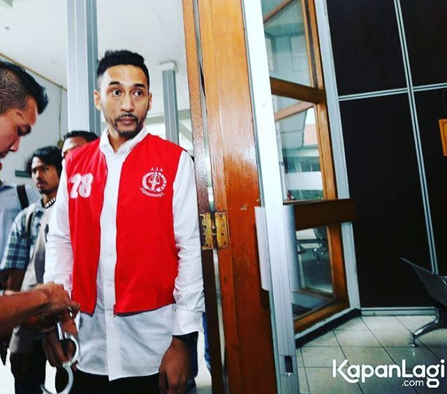 SIDANG PERDANA, PENGACARA RESTU SINAGA BANTAH KEPEMILIKAN NARKOBA • • Aktor Indo...