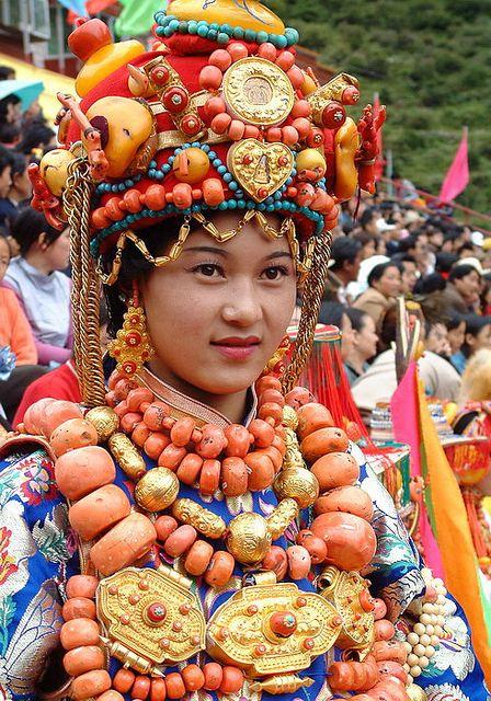 Ceremonial Khampa, en el Tibet . Muchas de las joyas que lleva la muchacha están hechas de coral.