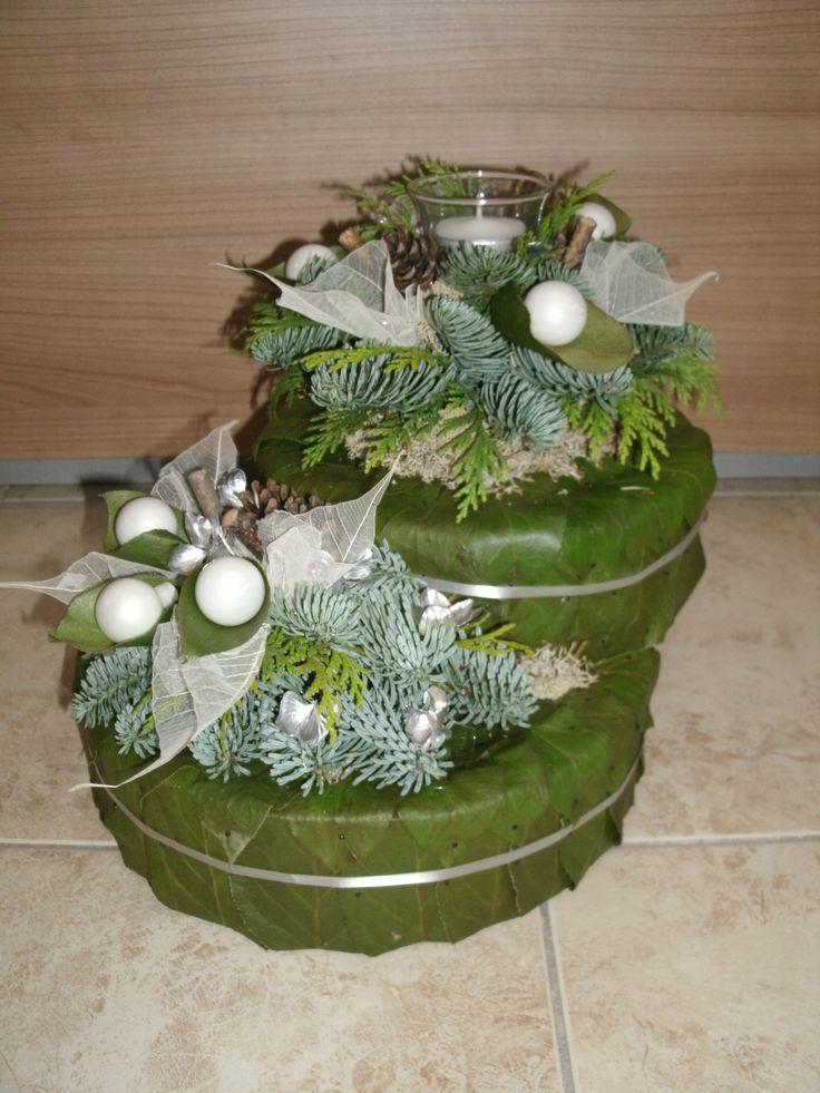 2 taarten op elkaar van appelblad, gedecoreerd met theelicht, kersttakken, balletjes en deco. totaal br. 35 cm en 30 hoog.