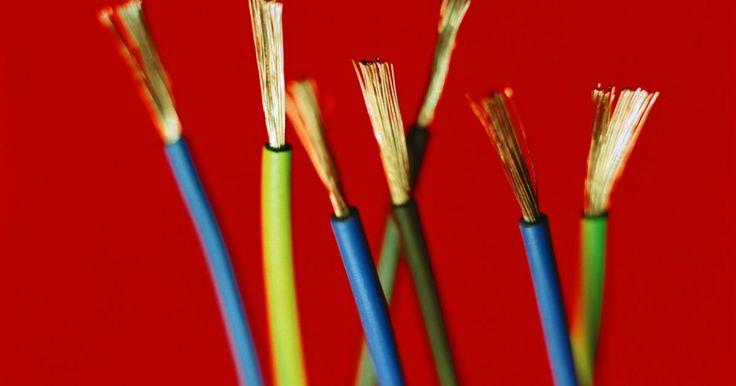 Como definir os fios elétricos pela cor. Os fios elétricos têm cores diferentes para que possamos identificar os fios de fase, neutro e terra. A distinção destes fios é muito importante pois, caso sejam invertidos, pode haver risco de choque elétrico ou de causar incêndio.