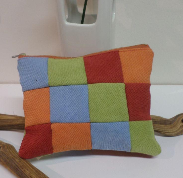 No.IV SAMOA - Kosmetická taška Nekončící léto Kosmetická taška je ušita z kvalitní silnější tkaniny Samoa patchworkovou metodou, je velice příjemná na dotyk. Má2 vnitřní kapsy. Zapínání na zip.Podšívka je voranžové barvěbarvě. Rozměry: délka 20cm, výška 16cm, šířka 1,5cm Materiál: textilní imitace kůže, podšívka 100%BA (český kanafas). Možno ...