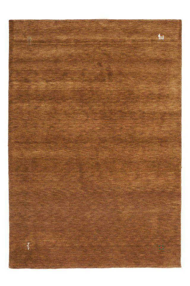 Is het de veiligheid, het rustige of de neutrale kleur, bij een effen vloerkleed kun je talloze redenen bedenken om deze te kopen. Het meubelmerk Lalee heeft daarom het Vloerkleed Supreme op de markt gebracht. Dit prachtige vloerkleed is verkrijgbaar in verschillende effen kleuren waarbij de hoeken zijn voorzien van een subtiele afbeelding.  Het laagpolige vloerkleed is gemaakt van 100% handgespannen wol dat ook nog eens handgeknoopt is tot een prachtig tapijt. Dankzij de natuurlijke vezels…