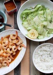 Thai red curry garnalen met basmatirijst en komkommersalade