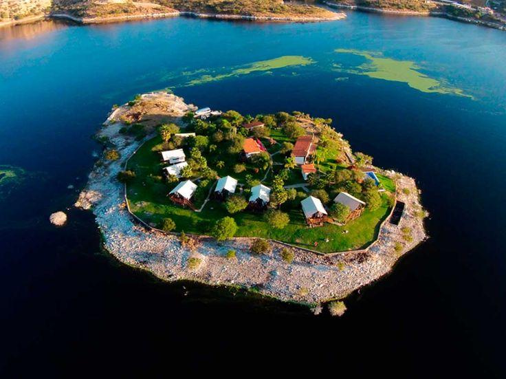 Isla Tzibanza en Querétaro te permitirá hospedarte en una cabañas de lujo sobre una isla, podrás dar paseos en lancha o practicar kayak.