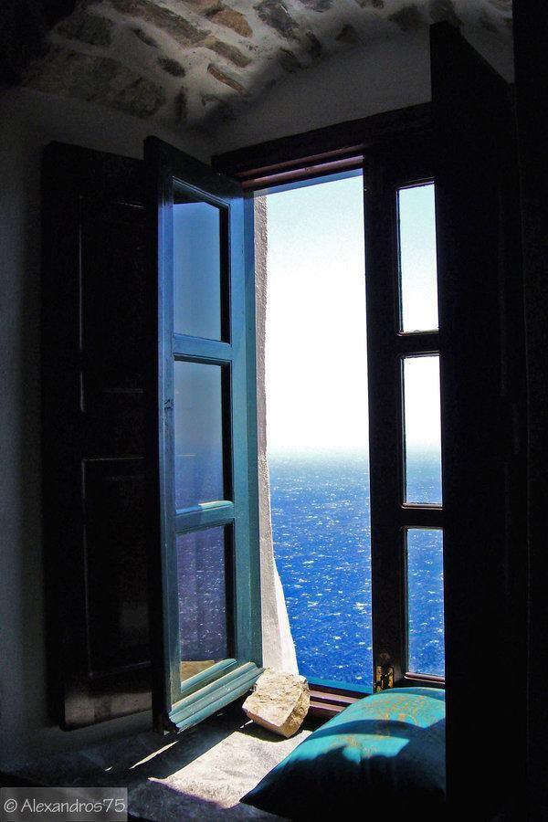 Mirar el mar desde una antigua ventana y soñar con lejanos puertos llenos de historias e ilusiones...soñar con islas y atardeceres...con ciudades, pueblos y culturas diferentes, soñar despierto a través de los postigones abiertos....