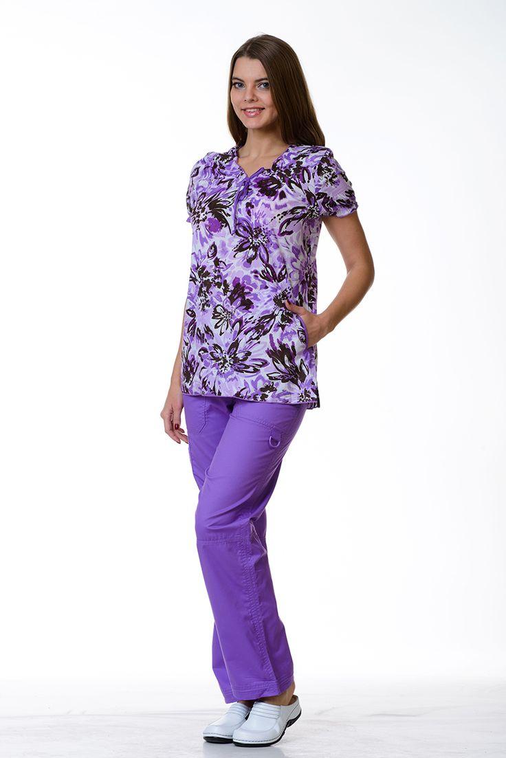 Блузка приталенного силуэта с цветным принтом и двумя накладными карманами.  #хиркостюм #медодежда #доктор #врач #хирург #больница #KOI