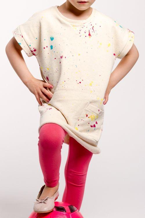 Erst klecksen, dann nähen: Schnittmuster und Nähanleitung für ein lässiges Kinder-Sweatshirtkleid - kostenlos auf www.initiative-handarbeit.de.