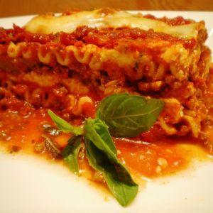 Lasagna.  Pentru a prepara o lasagna delicioasa, avem nevoie de urmatoarele ingrediente:     3 cutii rosii    1 cutie concentrat de rosii   1 dovlecel    1 vinete   2 cepe medii   3 catei usturoi   2 ardei   500 carne tocata   500g cascaval   250 g cascaval