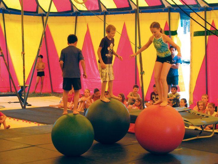 École de cirque au camping Palmyre Loisirs : trapèze, accrobaties, jonglage, équilibre...