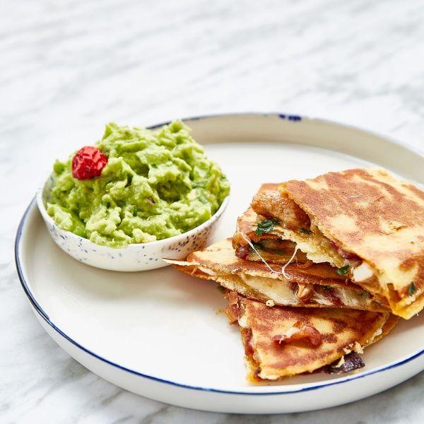 Veja como fazer esta deliciosa receita de Quesadillas de frango com guacamole. Saiba como preparar esta e mais receitas com a ajuda da Nestlé.