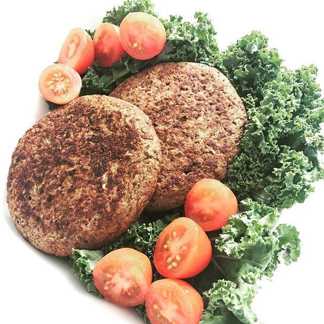 🍄HAMBURGUESAS DE PORTOBELLOS🍄 (y lentejas) 🔸Necesitas (rinde 3 grandes: 3 porciones):  🔻2 tazas de lentejas cocidas.  🔻3 claras de huevo.  🔻1 bandeja de hongos (6 portobellos u  8 champiñones aprox).  🔻1 cebolla chica.  🔻1/4 morrón.  🔻sal marina, comino, laurel, ajo en polvo y otros condimentos a gusto  🔻1/2 cucharada sopera de psyllium husk (que utilicé para ligar: pueden reemplazar por 1 cucharada sopera de alguna harina a elección: ejemplo salvado de avena). 🔸Procedimiento…