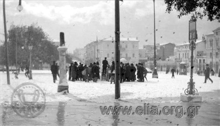 Αθήνα 1908.Η Πλατεία Συντάγματος μέσα στα χιόνια. Σε πρώτο πλάνο η μαρμάρινη επιγραφή Στο βάθος το Μέγαρο Παχύ και η οδός Φιλελλήνων. Ο φωτογράφος στεκόταν μπροστά από την οικία Βούρου, Βασ. Γεωργίου Α΄ και Σταδίου 2. Σχόλιο Despina Drepania Συλλογή οικογένειας Ευκλείδη