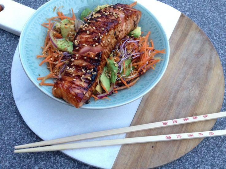 Een snelle en gezonde maaltijd, deze aziatische salade met gegrilde zalm. Snel klaar en eventueel met noodles extra vullend.