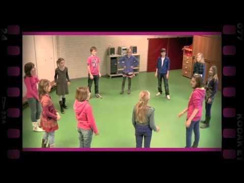 Klap doorgeven (dramaoefening bij lesmethode DramaOnline) - YouTube