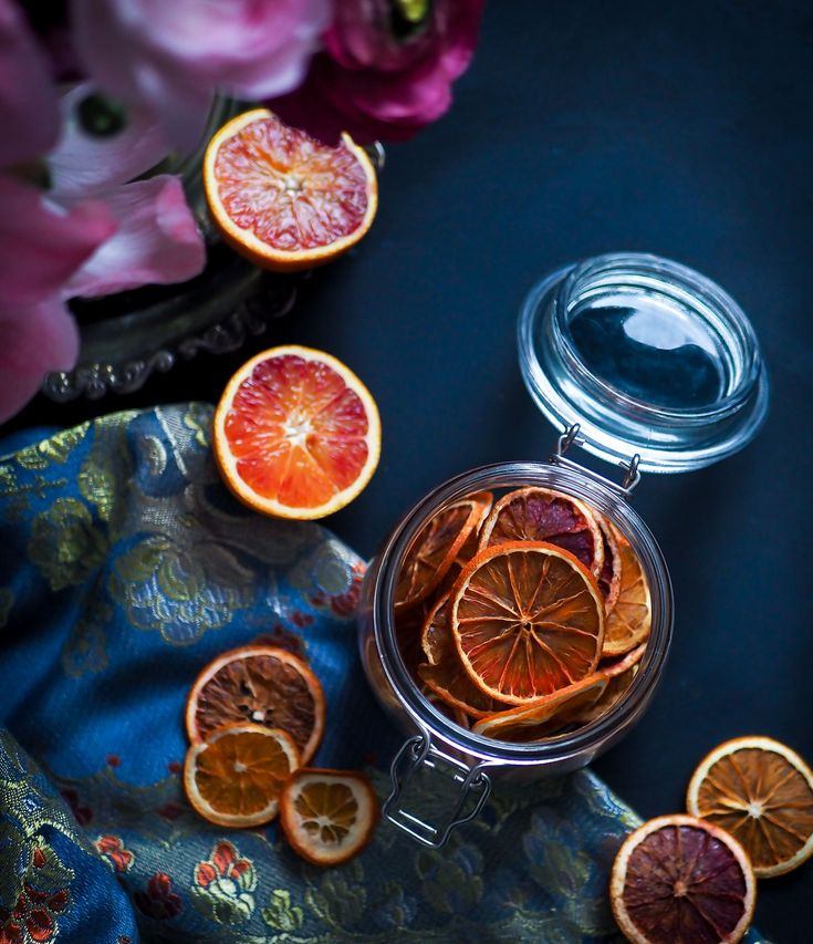 Kuivatut veriappelsiinit pidentävät ohitse huolestuttavan nopeasti sujahtavaa veriappelsiinisesonkia kuukausilla. Eikä näiden siivujen käyttö rajoitu vain cocktailien koristeeksi!