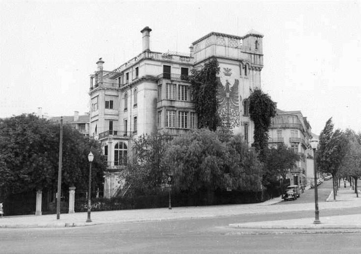"""Hotel Aviz, na avenida Fontes Pereira de Melo, Lisboa. Em 1904, o proprietário e director do jornal """"O Século"""", José Joaquim da Silva Graça, mandou construir um palacete para sua residência permanente em Lisboa. Que em 1931, foi convertido num hotel de luxo tendo sido inaugurado, após obras de adaptação, a 24 de Outubro de 1933, com o nome de Aviz Hotel. Em 1962 foi demolido. Na altura era em conjunto com o Palácio Hotel do Buçaco, o único alojamento de luxo em Portugal."""