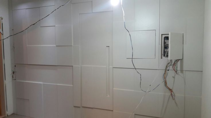 Painel branco TX com porta de banheiro camuflado  Orçamentos 965246843