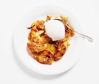 Kanel- och honungsbakade äpplen är en enklare variant av äppelpaj eller äppelkaka till efterrätt. Bara klyfta äpplena, strö havregryn och kanel över och ringla med smörblandad honung. Baka i ugn och njut till vaniljglass. Mums!