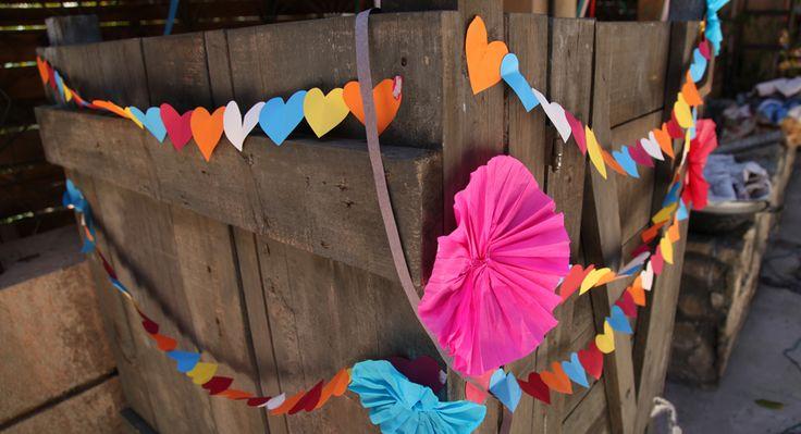 Corações e flores de papel podem ser soluções baratas e criativas para a decoração da sua festa →  #redeglobo #gshow #decoração #colors #inspired #origamis