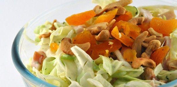 Zelfs mannen die salade maar raar groen spul vinden wat te gezond is, likken bij deze salade de schaal uit. Zo lekker is deze spitskool salade met kip en avocado.