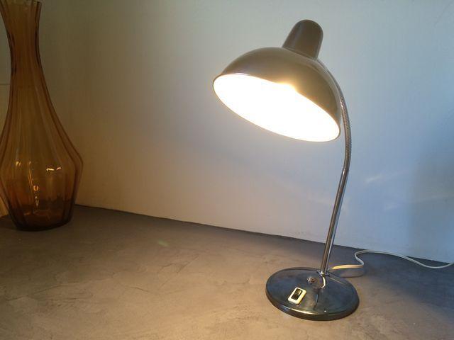 Lampe de bureau vintage Aluminor des années 70 au design industriel.La particularité de celle-ci : sa couleur gris ardoise chromé !