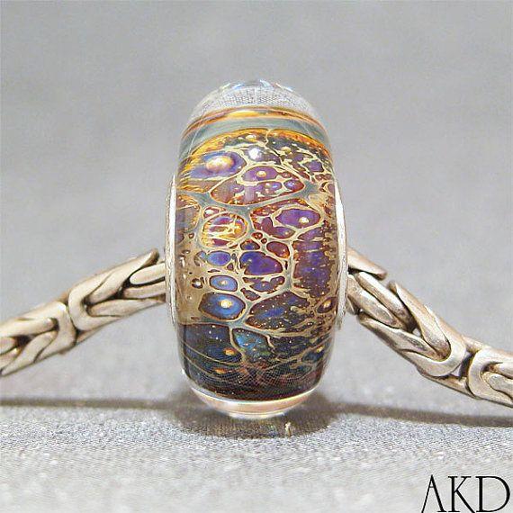 Dit was gemaakt van een opvallende dubbele Helix glas en heeft zijn ingekapseld in duidelijk. Het heeft paars met een beetje groen en goud singelband. Deze parel is ook zijn gevulde met sterling zilver. Dit is een 8 x 16mm kraal met een gat van de kraal 4,37 mm.  Armband getoond niet opgenomen. De laatste foto is gewoon om u te tonen hoe mijn kralen kijk op een armband.  U kunt meer Europese charme kralen hier vinden…