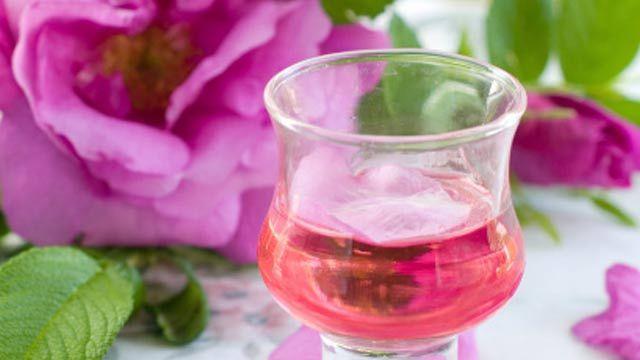 Rosenlikör hat ein feines, duftiges Aroma und süßlichen Geschmack.