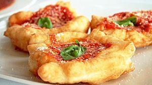 Una golosità fritta e condita con tutti gli ingredienti più tipici della nostra terra: il pomodoro, il basilico e la mozzarella. Un piatto semplice e molto gustoso