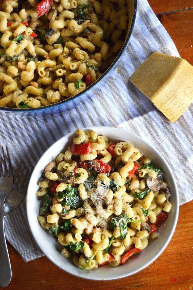 Una pasta con pimientos, champiñones y espinaca para mantenerte saludable. | 13 Cenas rápidas y deliciosas para los que les da flojera cocinar