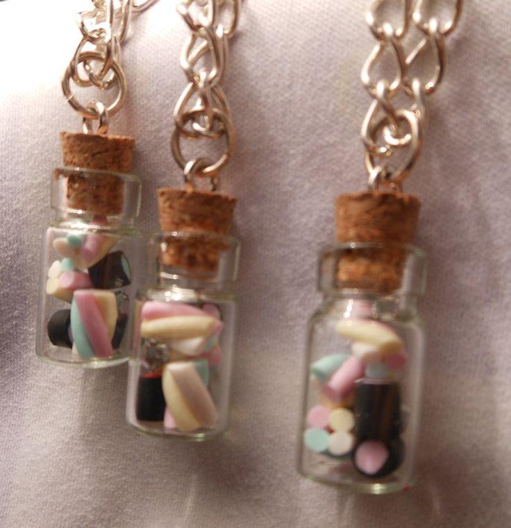collana con boccetta in vetro h 2cm, con miniature caramelle haribo realizzate a mano in fimo